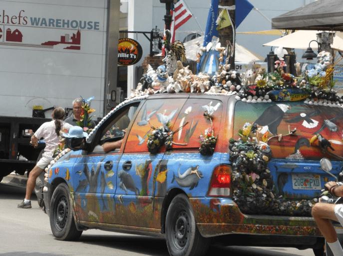 Voiture originale croisée sur la route en Floride, Key West