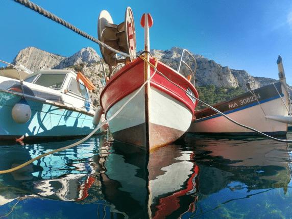 Charmants bateaux de pêcheurs dans l'eau de Marseille