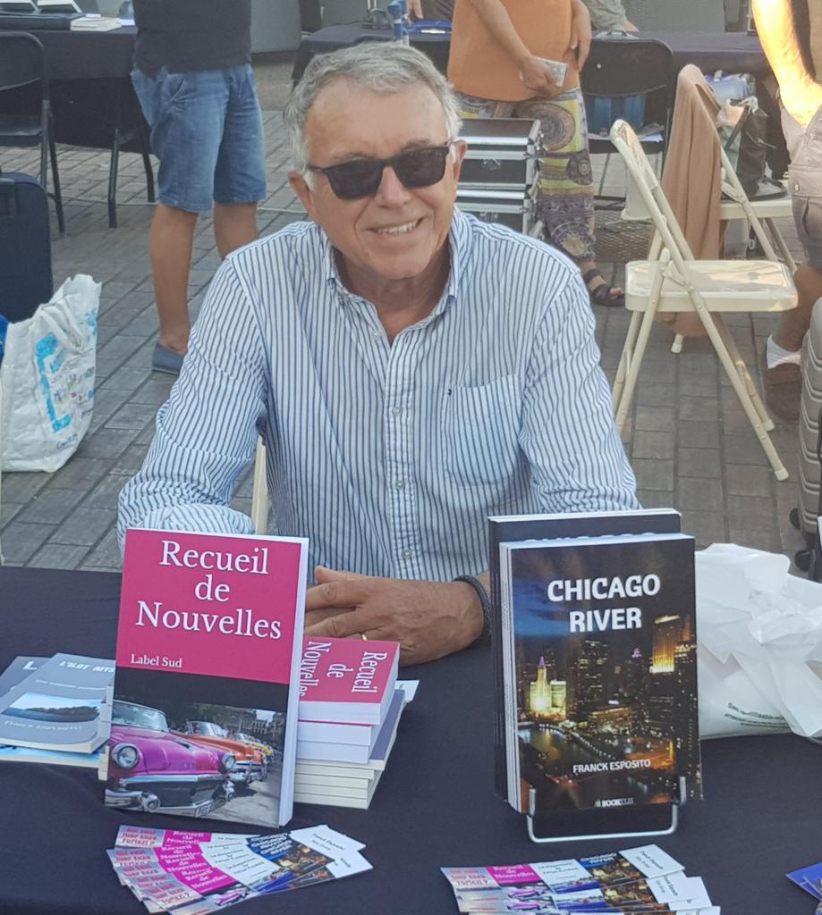 Franck Esposito en dédicace avec ses livres présentés