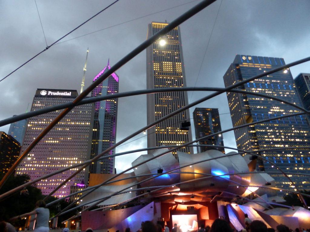 Soirée à chicago devant la statue cloud gate